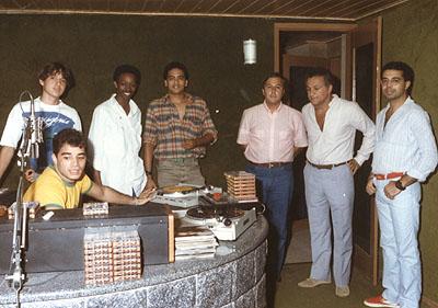Fábio Pirajá, Ronie Bermudes, Showcolatt, Hércules Rosa, Idalécio Carone, Ferraço e Adilson Paixão -  Estúdio da Primeira Rádio Cidade - Prainha em 1986