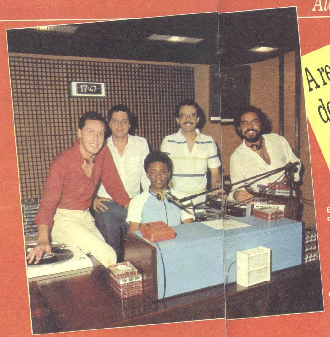 Jorge de Oliveira, Fernando Borges, Andersen Dourado, Paulo Márcio e Kaká (sentado) no Estúdio da Manchete FM Rio -  Revista Carícia de Dezembro de 1982